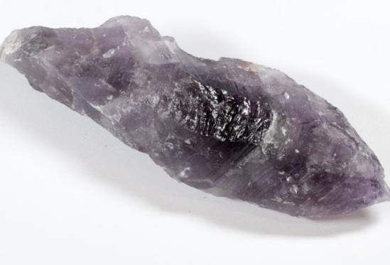 גביש של אאורלייט 23. נראה כמו שן מאורכת של אמטיסט. A tooth of Auralite 23. From the collection of Point-Of-Light from Canada