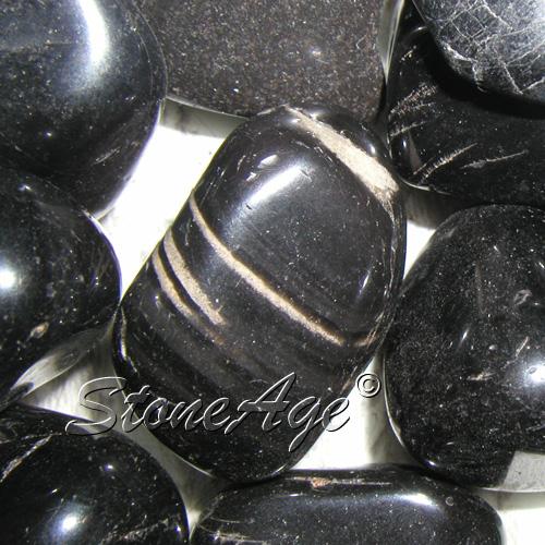 """חלוקי אוניקס שחורה עם תכלילים לבנים, אחד מסימני ההיכר של האבן. מהאתר של """"סטונאייג"""" צילום: שני תודר. photo: Shani Toder www.stoneage.co.il"""
