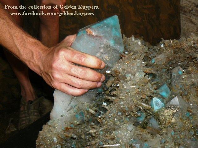 מושבה גדולה של אג'ויט עם קוורץ. מהאוסף של בית המסחר גלדן קויפר בדרום-אפריקה. From the collection of Gelden Kuypers from S.Africa