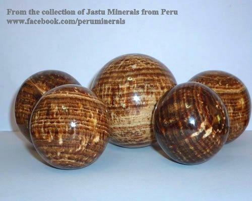 ספרות (כדורים) של אראגונייט מוחלקת. מהאוסף של וולטר ג'סטו מפרו. From the collection of Jastu Minerals from Peru