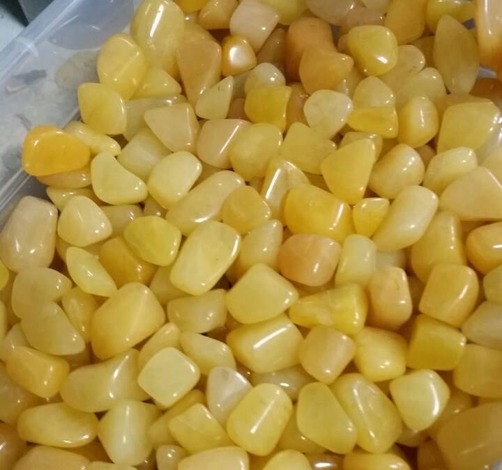 """חלוקי אוונטורין צהובה. מהאתר של  """"אירית קריסטלים"""" www.iritltd.com"""