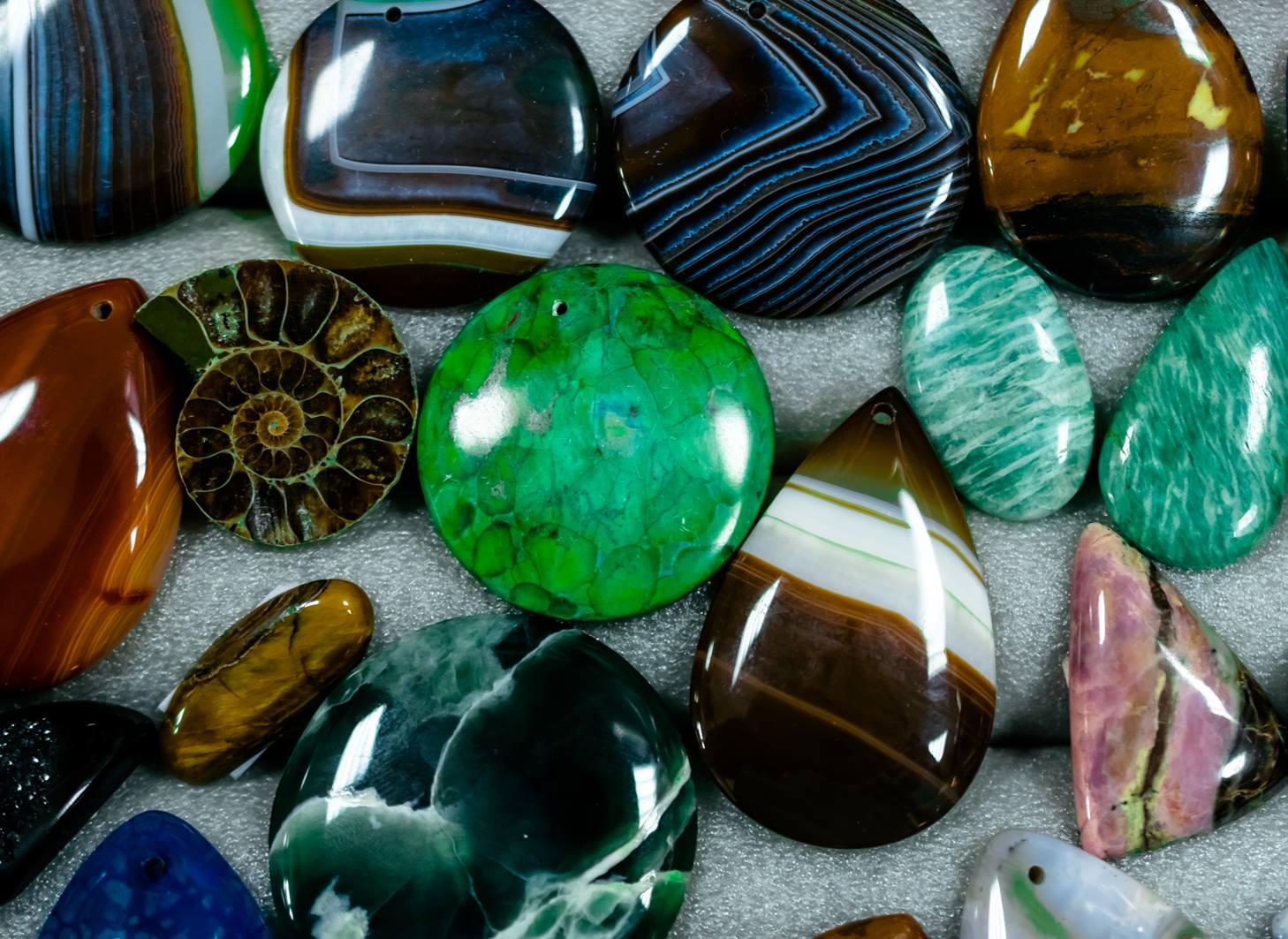 ניתן ללמוד להכיר את האבנים, ללמוד את התכונות שלהן, וכל טיפים לשימוש עצמי בהן.