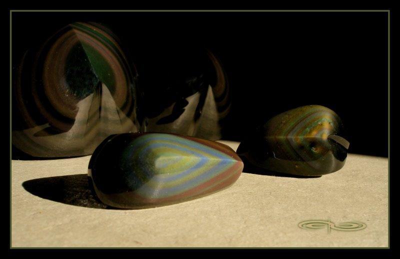 אובסידיאן ריינבו מלוטשות בצורת לב. צילום: מקס קובלסקי Photo by Max Kovalski www.maxkov.com