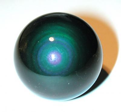 ספרה (כדור) של אובסידיאן כחול חשמל, שזוהר בברק  ניאוני. מהאוסף של אירית קריסטלים www.iritltd.com