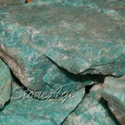 "אמאזונייט גולמית. מהאתר של ""סטונאייג"" צילום: שני תודר. photo: Shani Toder www.stoneage.co.il"