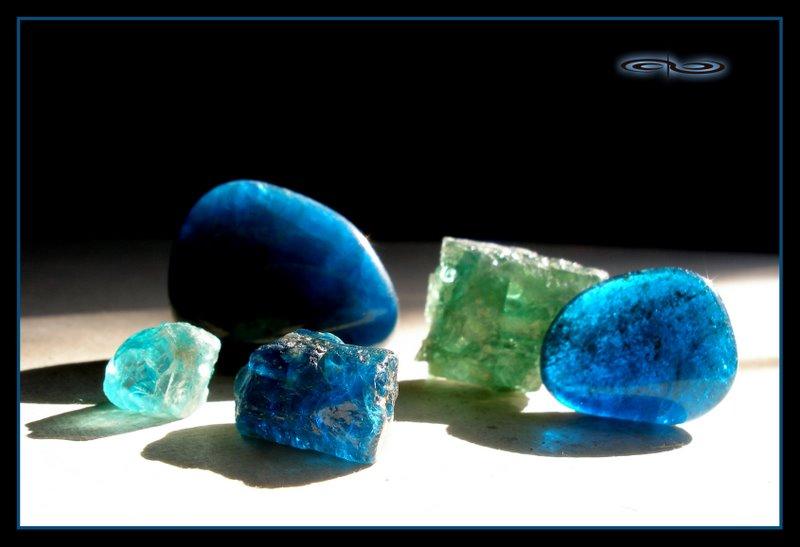 גבישים שונים של אפטייט בכחול וירוק. צילום: מקס קובלסקי Photo by Max Kovalski www.maxkov.com