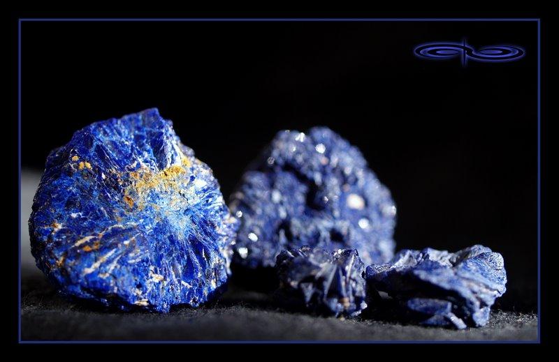 גבישי אזורייט גולמית בגווני כחול. צילום: מקס קובלסקי Photo by Max Kovalski www.maxkov.com