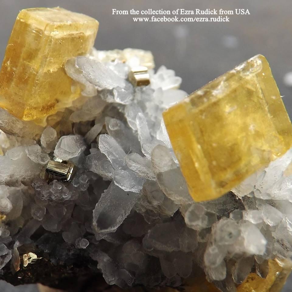 באריט צהובה על מושבה של קריסטל-קוורץ. מהאוסף של עזרא רודיק האמריקאי. From the collection of Ezra Rudick from USA