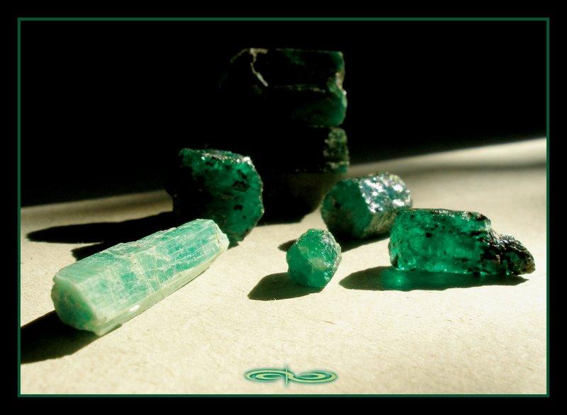 אבני אמרלד בתצורות שונות. צילום: מקס קובלסקי Photo by Max Kovalski www.maxkov.com