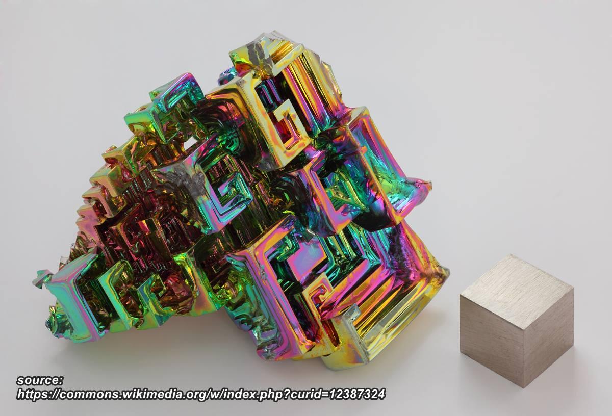"""התגבשות צבעונית ומנצנצת של ביסמוט שעברה חימום. ניתן לראות בתמונה גוש של המתכת עצמה. נלקח ברשות מ""""ויקיפדיה"""" From Wikipedia Commons"""