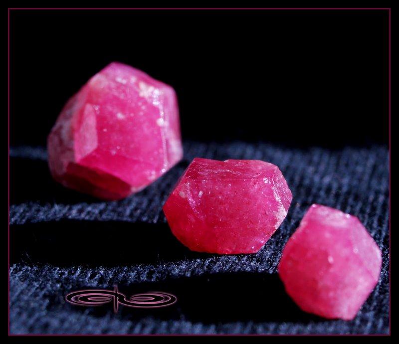גבישים של גרנט מג'נטה. צילום: מקס קובלסקי Photo by Max Kovalski www.maxkov.com