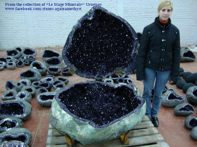 """אגת גאוד ענקית עם התגבשות של אמטיסט בתוכה. מהאוסף של """"לה סטז, מינרל מאורוגווי. rom the collection of """"Le Stage Minerals"""" Uruguay"""