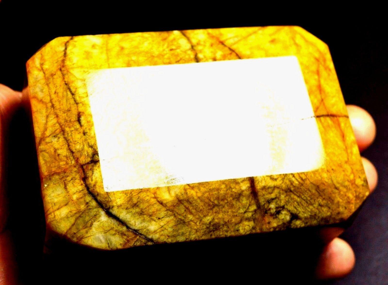 חלוק ענקי של הליודור מלוטשת מאפגניסטן, 2144 קרט. באדיבות האתר הישראלי www.sapphire.co.il