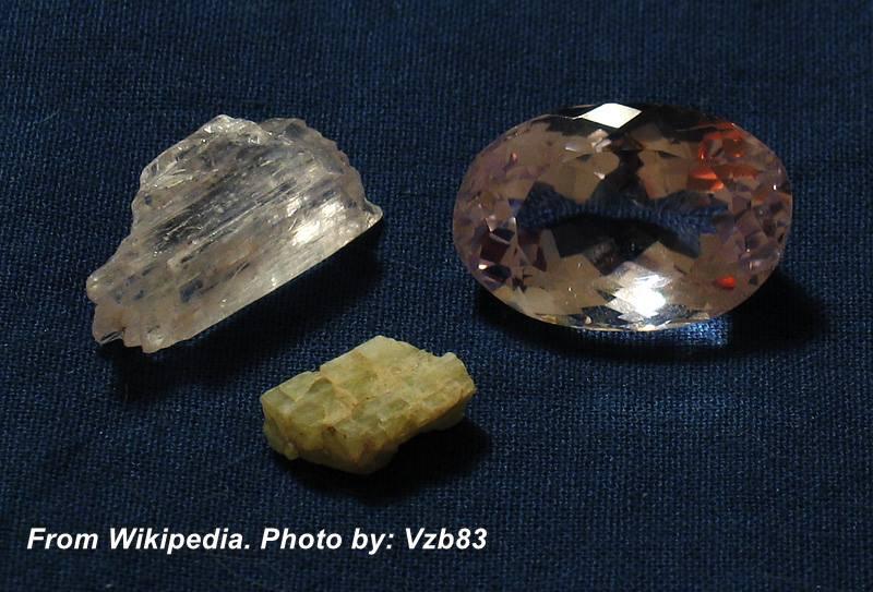 """הידנייט וקונזייט. גבישים בצבע זהוב וצהוב ואבן מלוטשת בגוון ורדרד. נלקח ברשות מ""""ויקיפדיה"""" From Wikipedia Commons צולם כנראה ע""""י Vzb83"""