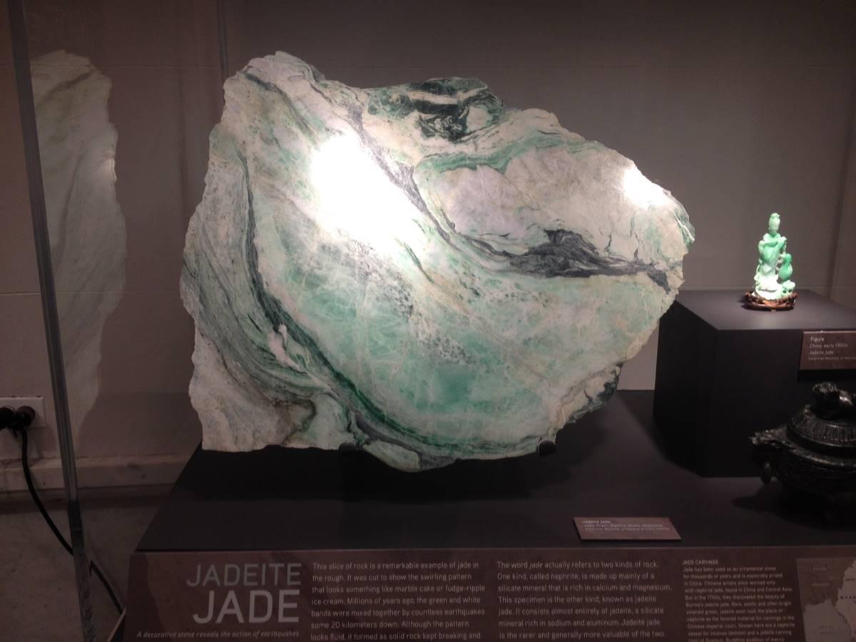 סלע ענק של ג'ייד בהירה (ג'דייט) ממוזיאון הטבע וההיסטוריה בניו-יורק. צילום: מיכל ביאל.