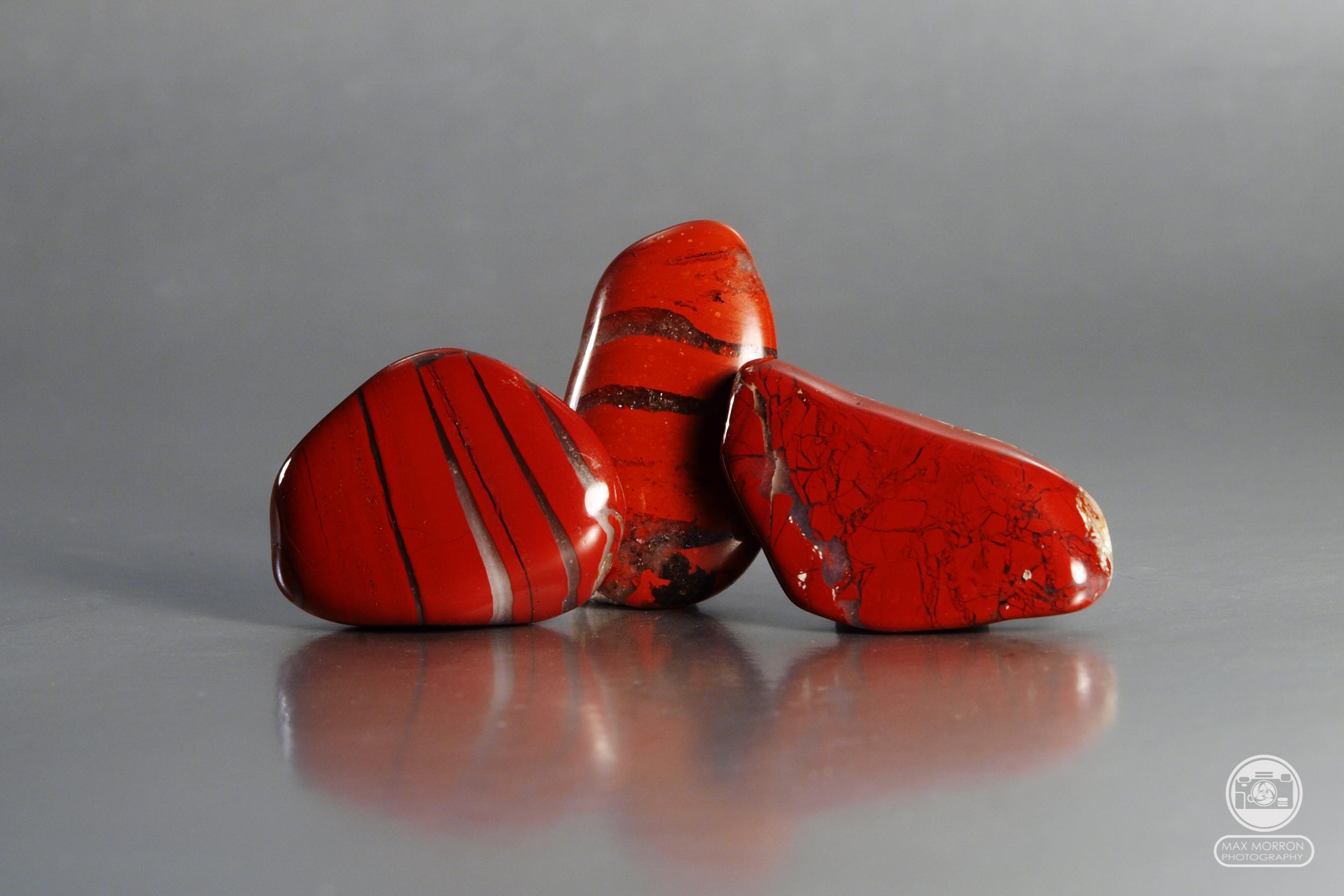חלוקי ג'ספר אדומה. צילום: מקס קובלסקי Photo by Max Kovalski www.maxkov.com