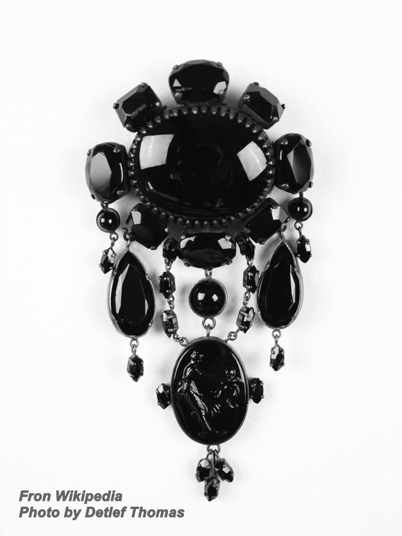 תכשיט עתיק עשוי מג'ט. נלקח ברשות מאתר וויקיפדיה. צילום: דטלף תומס.  Photo by  Detlef Thomas