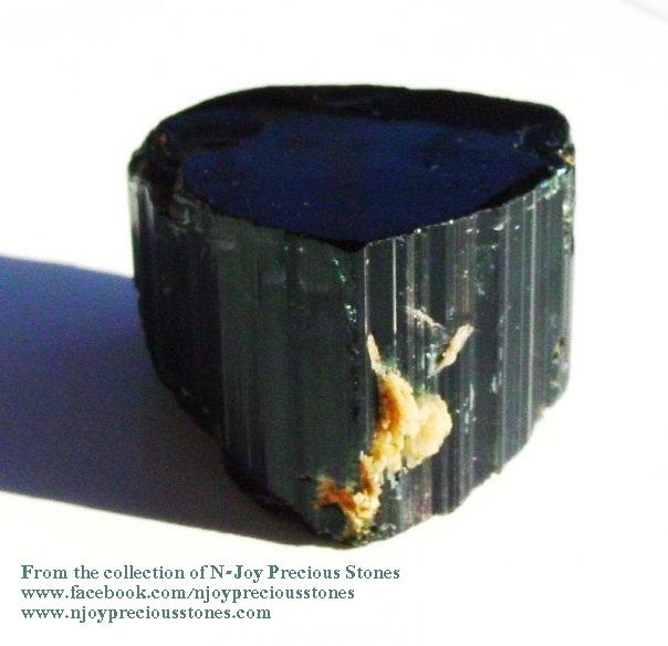 """טורמלין ירוקה כהה. מהאוסף של החנות אן-ג'וי בארה""""ב. From the collection of N-Joy Precious Stones"""