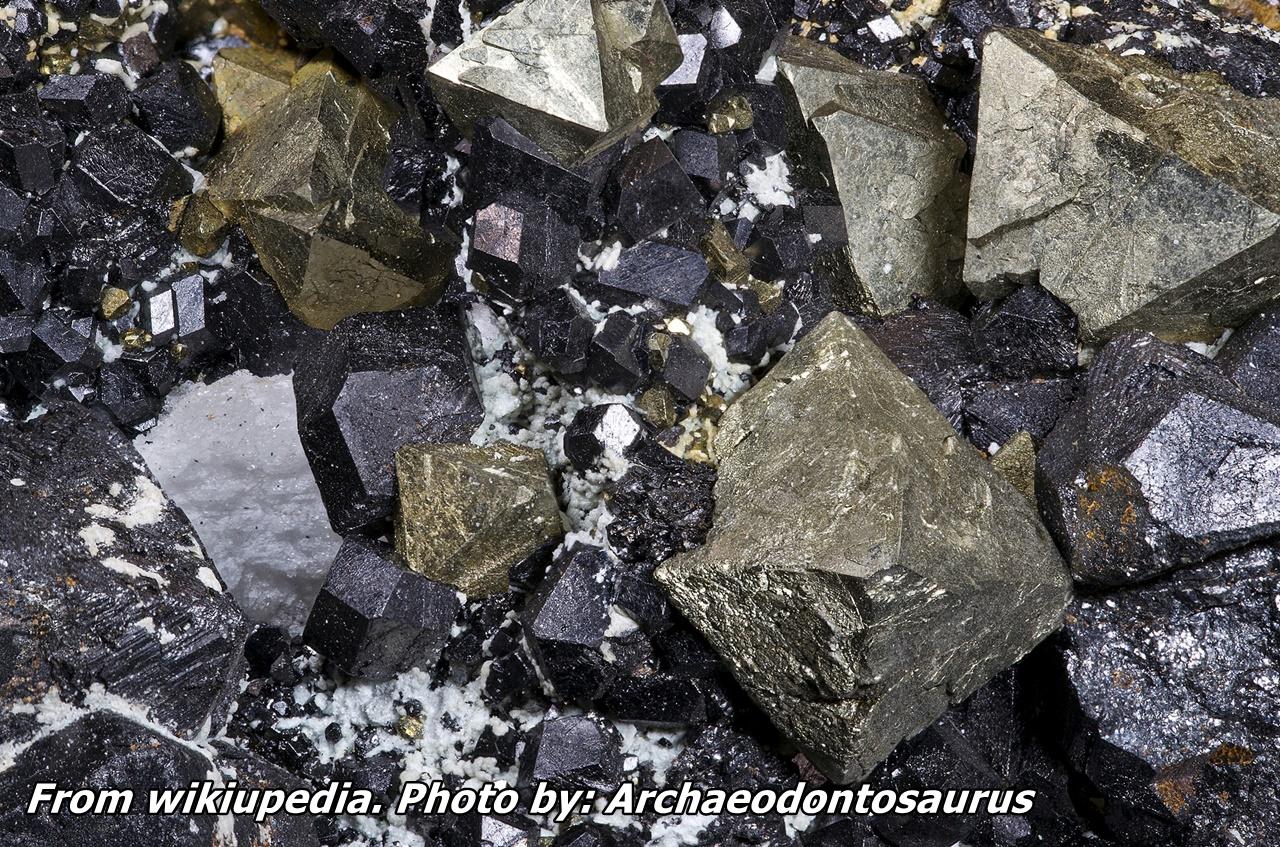 """מגנטייט בהתגבשות משותפת עם פיריט. נלקח מ""""ויקיפדיה"""". From Wikipedia. Photo by:  Archaeodontosaurus"""