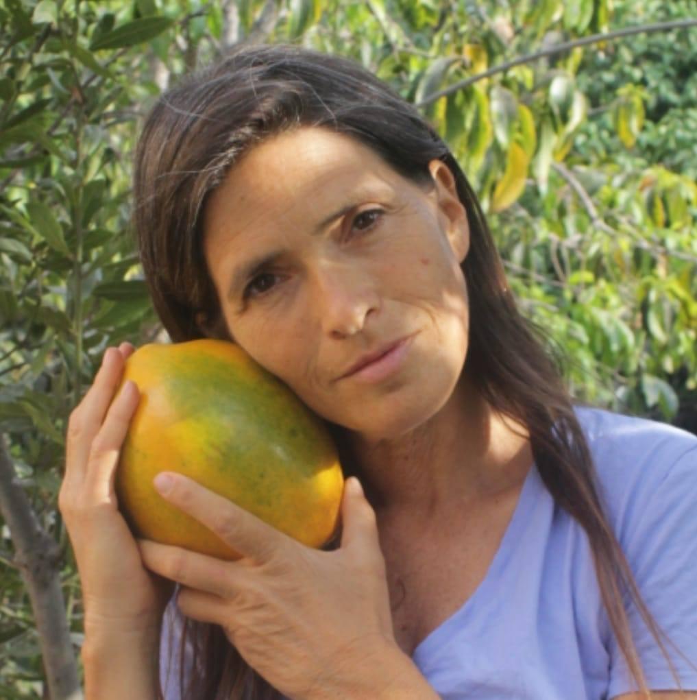 ענת רשף-גלעד ופאפאיה שגדלה אצלה בחצר.