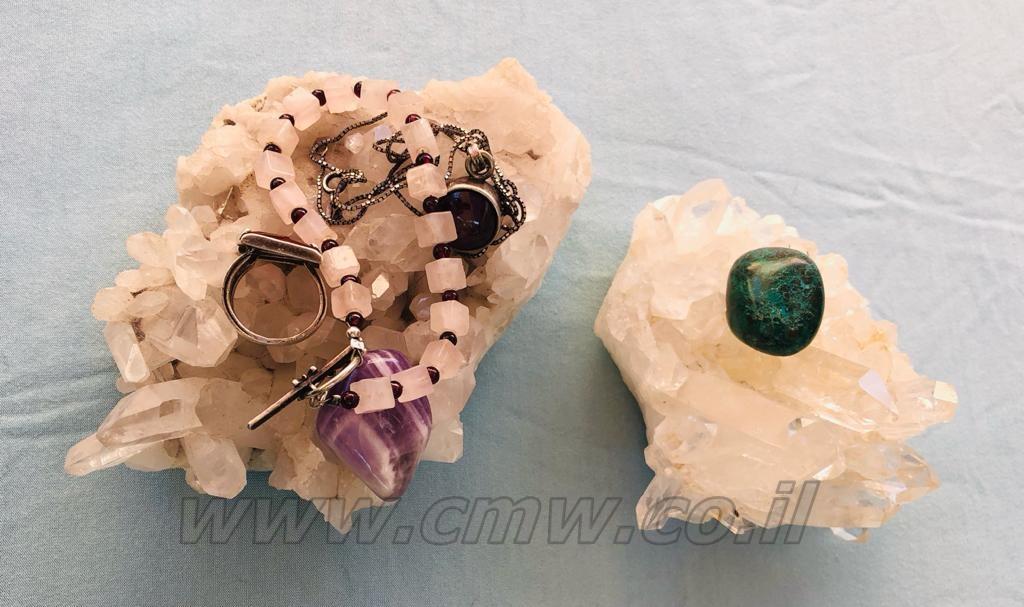 הנחת קריסטלים, תכשיטים ומטוטלות על מושבה של קריסטל קוורץ למשך מספר שעות מעניקה להם טיהור. מומלץ לתכשיטים המשולבים במתכות לא אצילות או חוטי בד. צילום: מיכל ביאל.