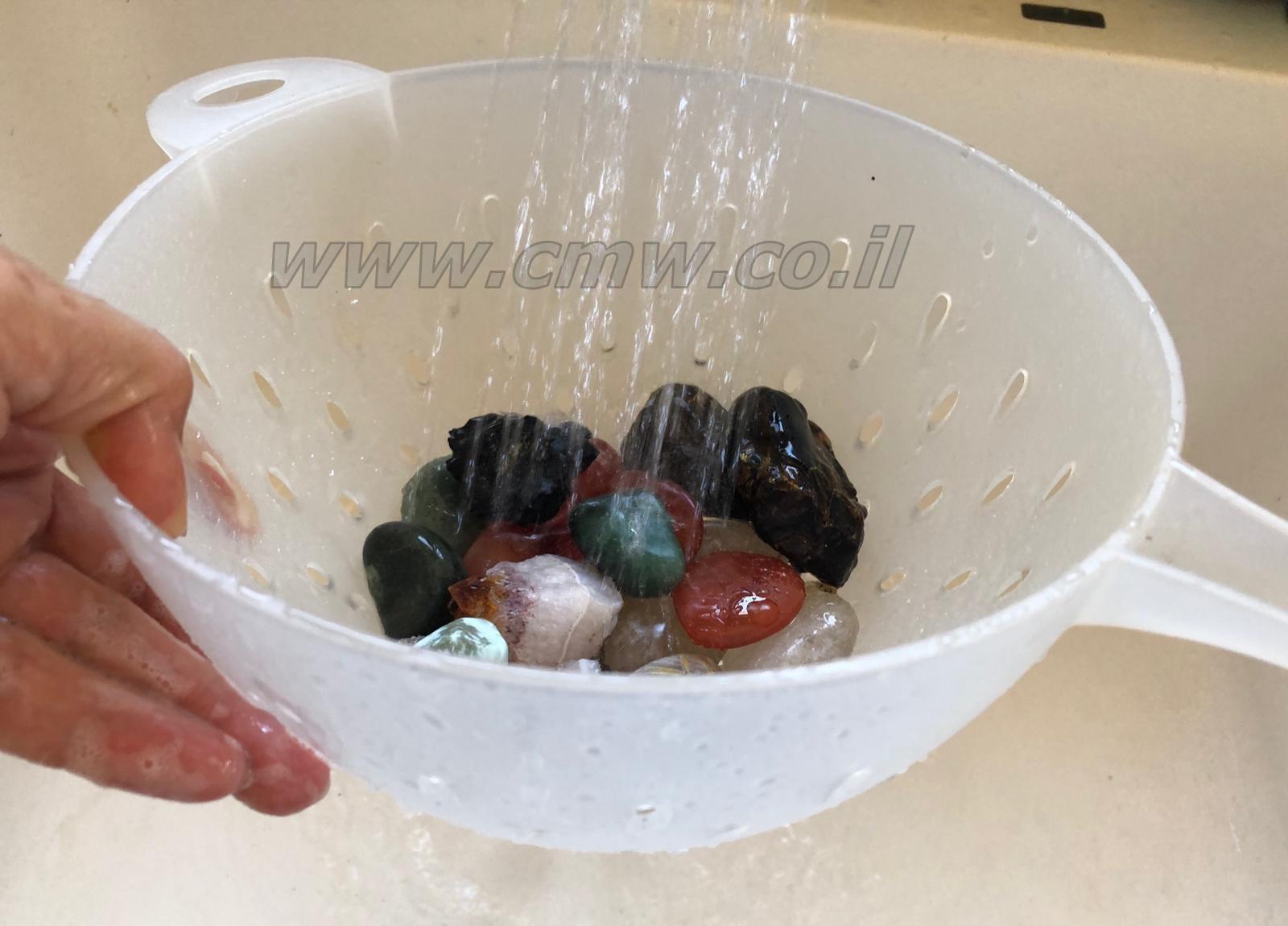 שטיפה קצרה של מספר שניות במים, עבור רוב הקריסטלים זו הדרך הטובה ביותר לנקות אותן. צילום: מיכל ביאל.