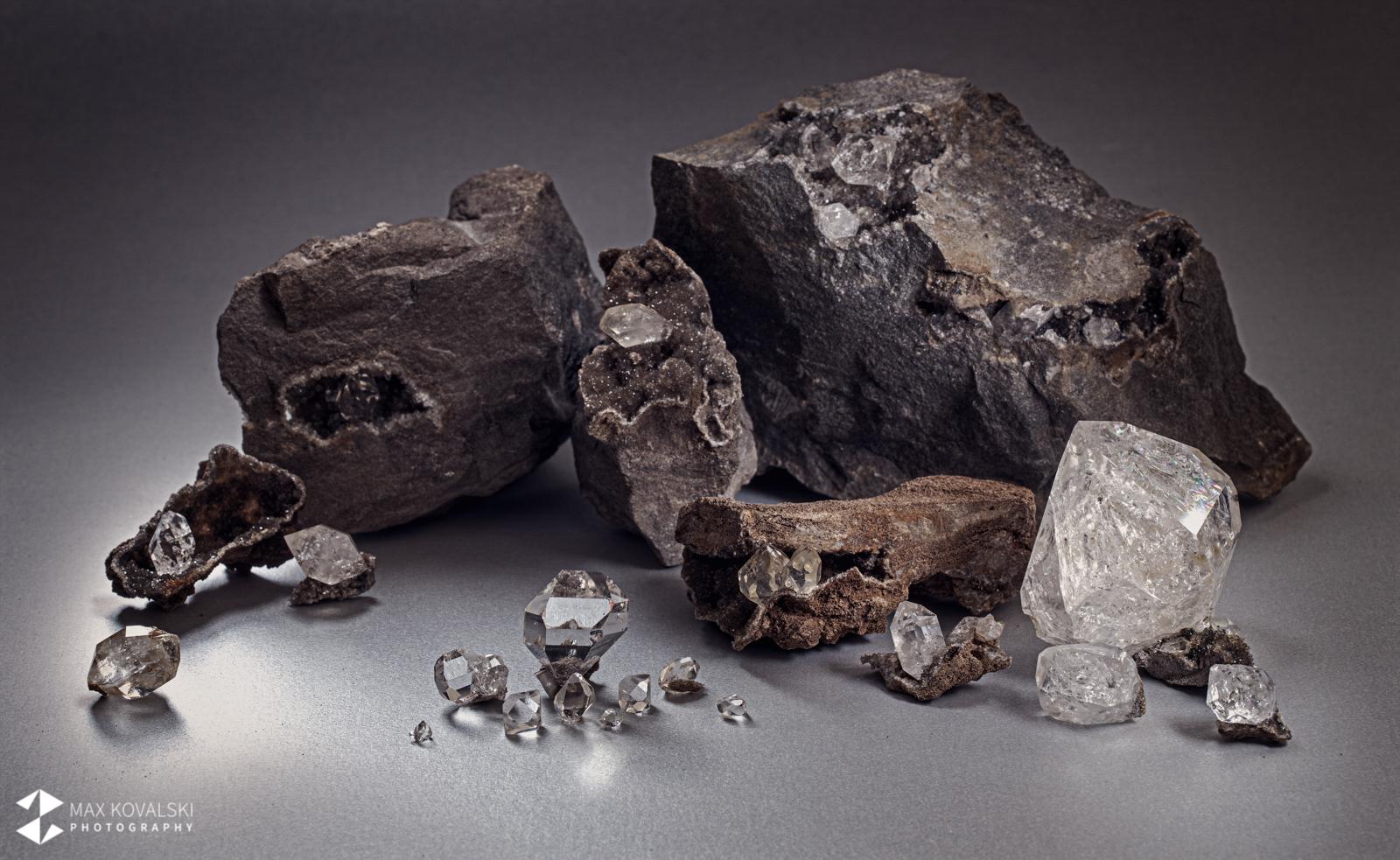 יהלומי הרקימר שחלקם בתוך הסלע בו נוצרו. צילום: מקס קובלסקי Photo by Max Kovalski www.maxkov.com