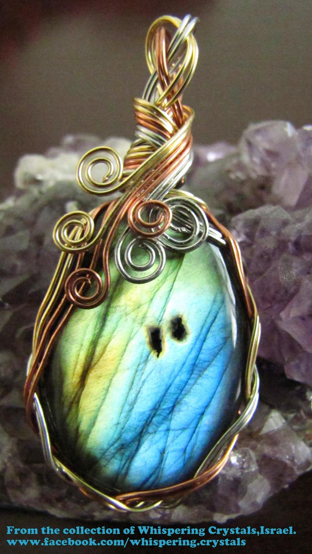 לברדורייט מלוטשת משובצת בנחושת.מהאוסף של 'וויספרינג קריסטלס' www.facebook.com/whispering.crystals