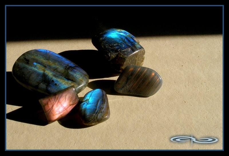 אבני לברדורייט מוחלקות. צילום: מקס קובלסקי Photo by Max Kovalski www.maxkov.com