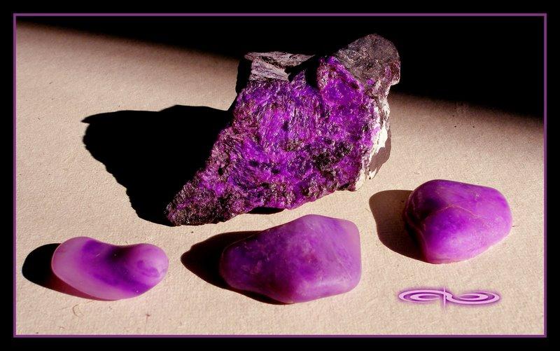 חלוקים וגבישים של סוג'ילייט. צילום: מקס קובלסקי Photo by Max Kovalski www.maxkov.com