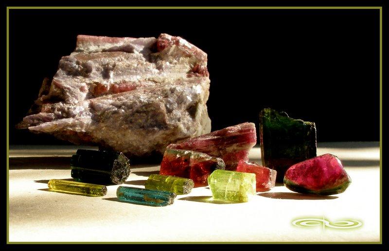 אבני טורמלין בשלל צבעים שונים. צילום: מקס קובלסקי Photo by Max Kovalski www.maxkov.com