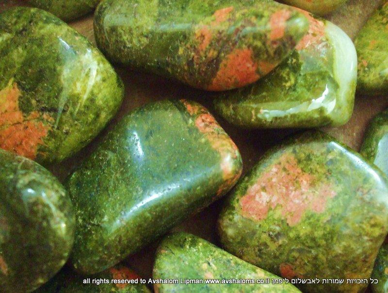 """חלוקי יוניקייט איכותיים. מחנות העבר """"תקופת האבן"""". צילום: אבשלום."""