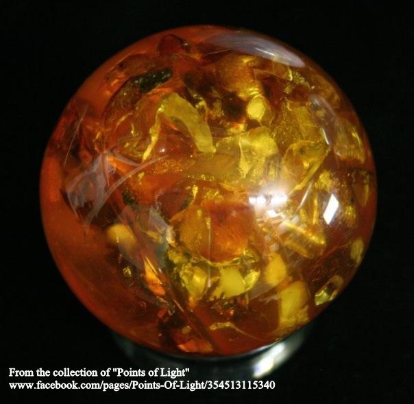 """ספרה (כדור) של ענבר. מהאתר של """"קורנרסטון מינרלס"""". From Cornerstone minerals  www.cornerstoneminerals.com"""