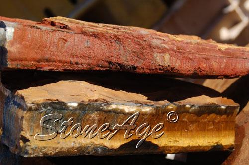 גושים גולמיים של טייגר-איי צהובה ואדומה. מהאתר של סטונאייג.  www.stoneage.co.il צילום: שני תודר photo: Shani Toder