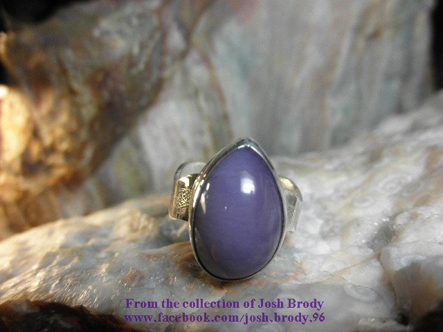 קלצדוניה יפהפיה בצבע סגול משובצת בטבעת. של האספן האמריקאי ג'וש ברודי. From the collection of Josh Brody