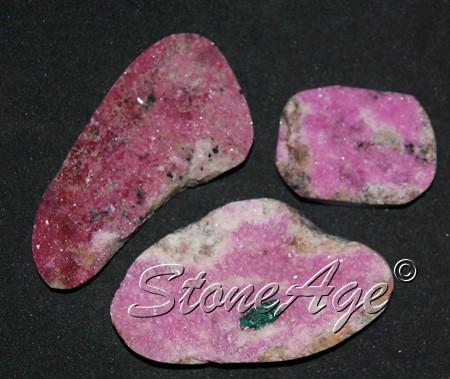 גבישים חצי מוחלקים של קובלטו-קלציט. מהאתר של סטונאייג.  www.stoneage.co.il צילום: שני תודר photo: Shani Toder