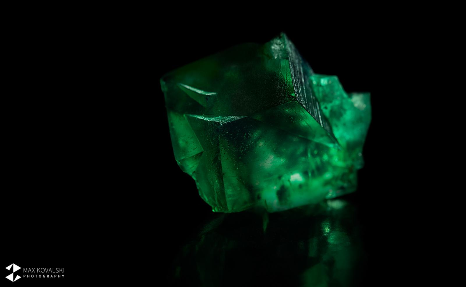 גביש יפהפה באיכות גבוהה של פלואוריט ירוקה. צילום: מקס קובלסקי Photo by Max Kovalski www.maxkov.com
