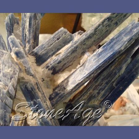 מושבה בתצורה של מוטות מחורצים של קיאנייט כחולה גולמית. מהאתר של החנות סטונאייג'  www.stoneage.co.il צילום: שני תודר photo: Shani Toder