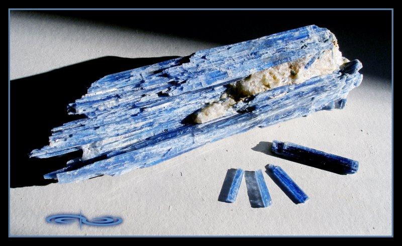 מוטות של קיאנייט כחולה. צילום: מקס קובלסקי Photo by Max Kovalski www.maxkov.com