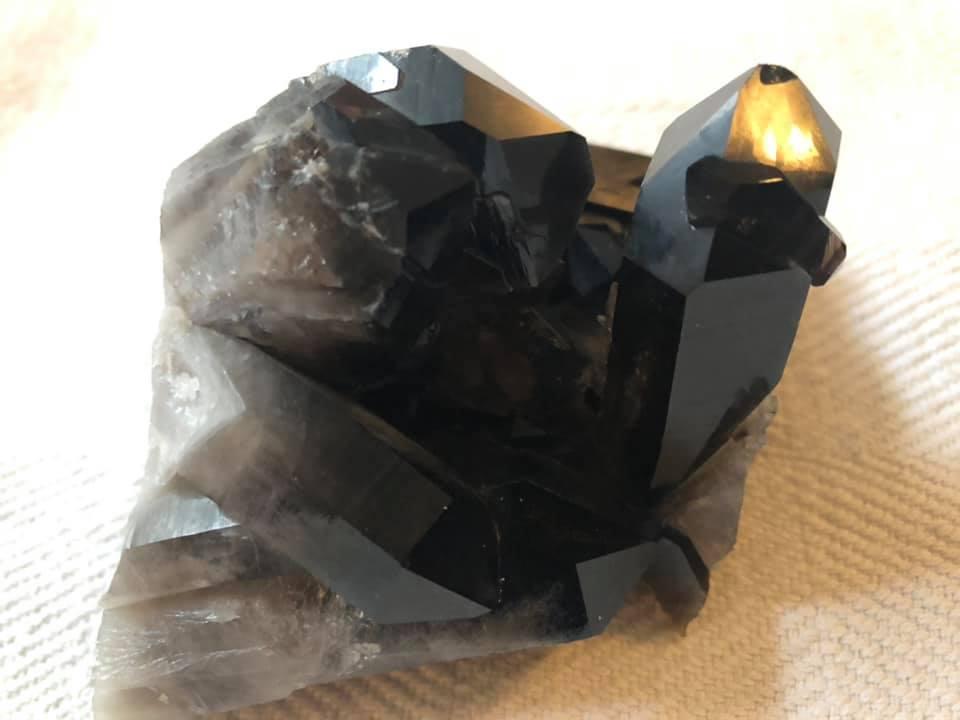 מוריון סמוקי קוורץ כהה ועוצמתית במיוחד. באדיבות ברוריה עדין.