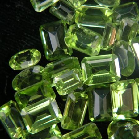 אבני פרידוט באיכות גבוהה מלוטשות לשיבוץ בתכשיט. מהאתר של סטונאייג.  www.stoneage.co.il צילום: שני תודר photo: Shani Toder