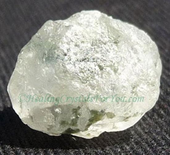 גביש גולמי של פנסייט לבנה. נלקח ברשות מהאתר   Taken with courtesy from www.healing-crystals-for-you.com