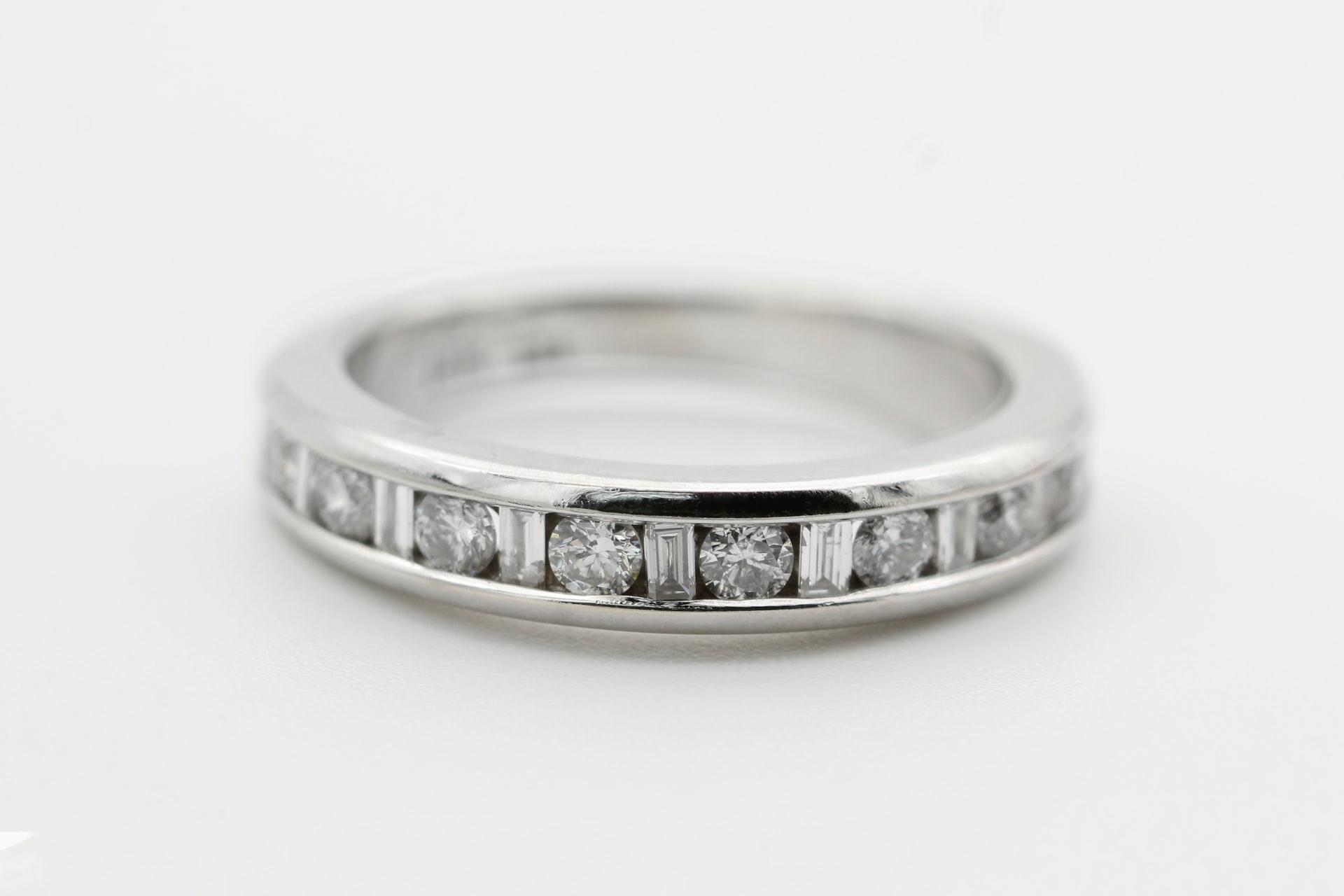 טבעת של פלטינה משובצת ביהלומים. צילום של קטרינה רינגקוויסט, ממאגר התמונות Unsolashed
