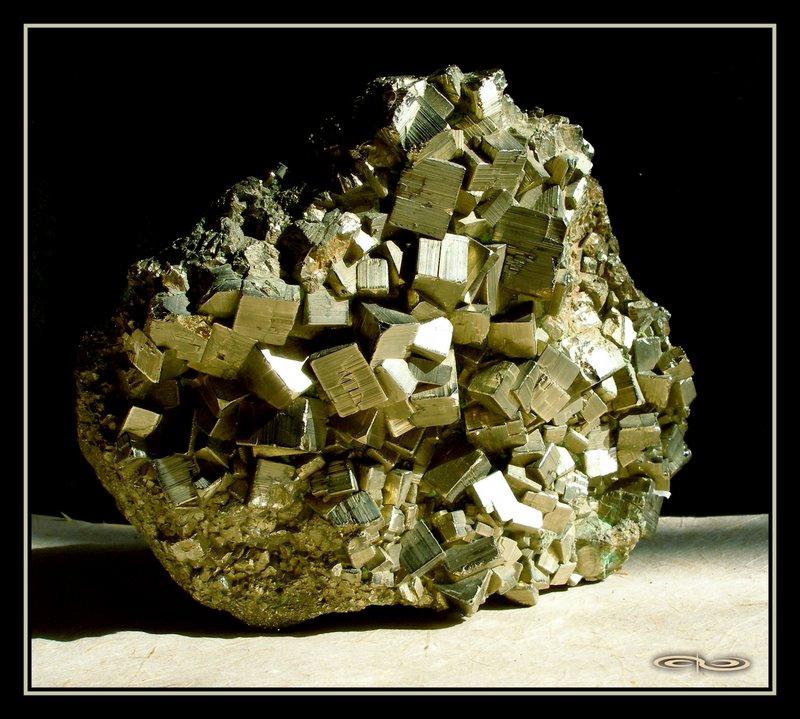 מושבה מפוארת של פיריט בתצורה קובית. צילום: מקס קובלסקי Photo by Max Kovalski www.maxkov.com