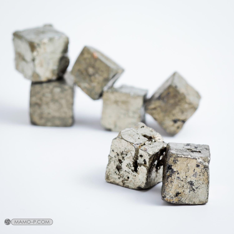 פיריט גולמית בתצורה של קוביות. צילום: מקס קובלסקי Photo by Max Kovalski www.maxkov.com.