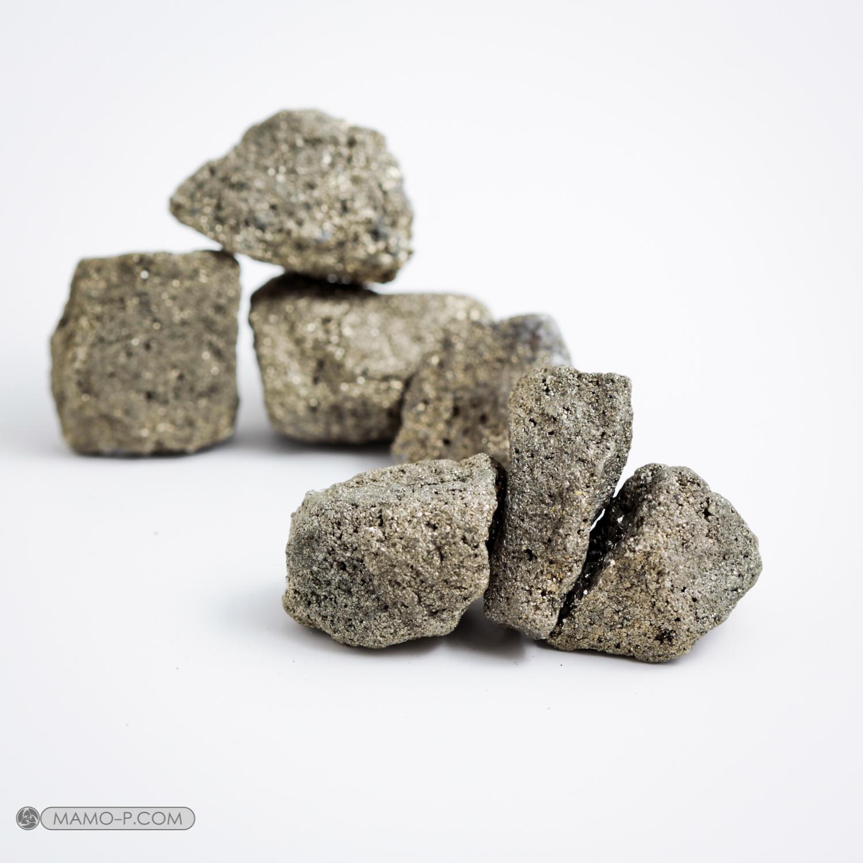 פיריט גולמית בתצורה של גושים גרגריים. צילום: מקס קובלסקי Photo by Max Kovalski www.maxkov.com