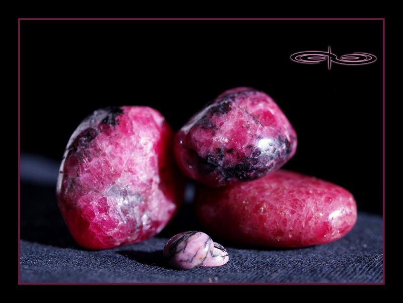 חלוקי רודונייט כהים יחסית. צילום: מקס קובלסקי Photo by Max Kovalski www.maxkov.com