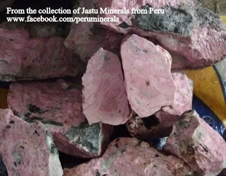 גושים גולמיים של רודונייט. מהאוסף של ג'סטו מינרלס מפרו. From the collection of Jastu Minerals from Peru