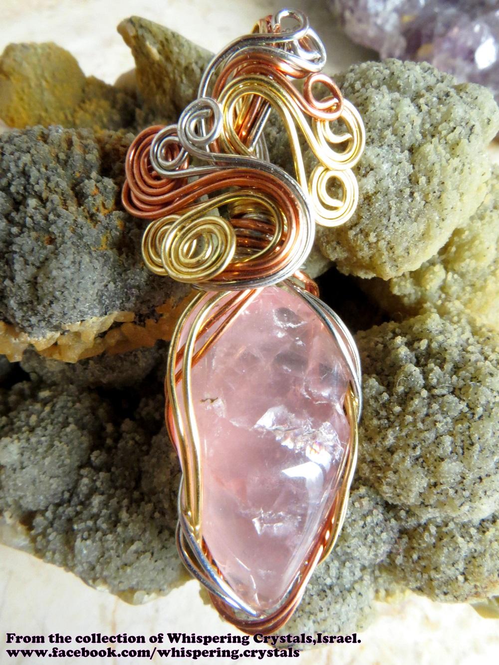 רוז-קוורץ איכותית משובצת בנחושת. מהאוסף של 'וויספרינג קריסטלס' www.facebook.com/whispering.crystals