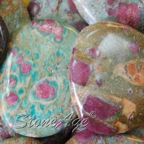 חלוקי רובי עם פושסייט. מהאתר של החנות סטונאייג'  www.stoneage.co.il צילום: שני תודר photo: Shani Toder